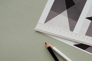 Bleistift auf grafischem Hintergrund foto