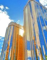 Himmel reflektiert von zwei Gebäuden