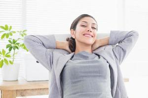 Geschäftsfrau, die sich in einem Drehstuhl entspannt foto