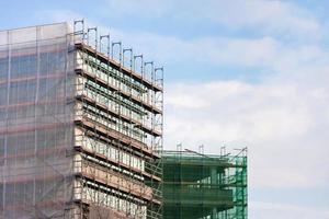 Treppe und Gerüst auf einer Baustelle. foto