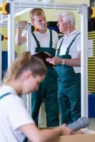 Mitarbeiter arbeiten in der Produktionshalle foto