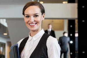schöne Frau, die im Geschäftszentrum steht foto