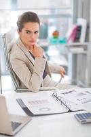 Porträt der nachdenklichen Geschäftsfrau im modernen Büro foto