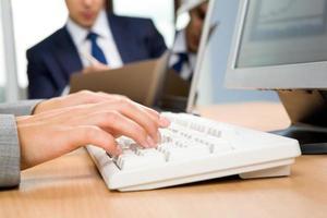 Tippen auf der Tastatur foto