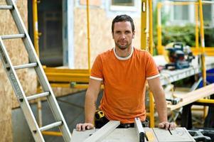 Auftragnehmer, der ein Haus umbaut foto