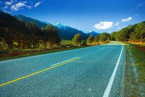 asphaltautobahnen im aufstrebenden nationalpark neuseeland foto