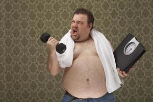 Übergewichtige männliche Haltewaagen arbeiten hart, um Gewicht zu verlieren