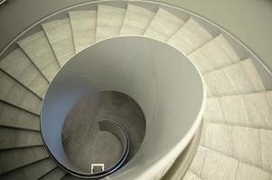 schau eine Wendeltreppe hinunter