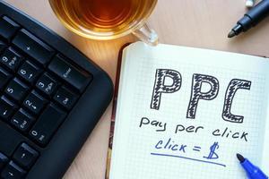 Notizblock mit Wort ppc Pay-per-Click-Konzept und Marker. foto