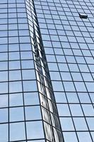 Himmelsreflexionen auf einer Glaswand eines Hotels foto