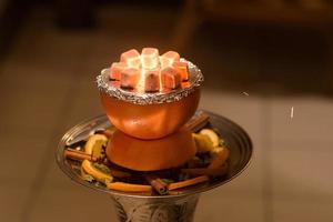 asiatische, arabische Wasserpfeife mit Holzkohle. foto