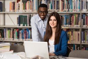 paar Studenten mit Laptop in der Bibliothek
