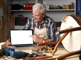 Zimmermann im Ruhestand mit Laptop foto