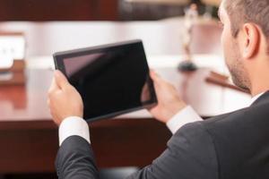 angenehmer Anwalt hält Laptop foto