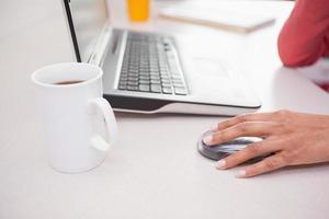 Gelegenheitsgeschäftsfrau, die am Laptop arbeitet foto