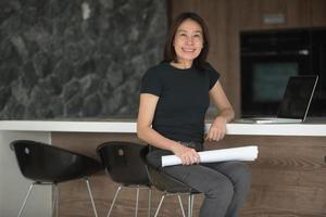 Architektin, die im Heimbüro arbeitet foto