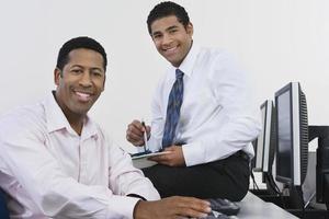 Geschäftsperson, die am Computer arbeitet foto