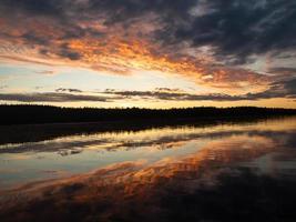bunter Sonnenaufgang über dem Fluss foto