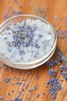 Lavendel Badesalz auf hölzernem Hintergrund foto