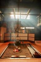 Teekanne im japanischen Stil und erstaunlicher Lichtstrahl im japanischen Wohnzimmer foto
