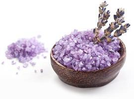 Meersalz und getrockneter Lavendel. foto