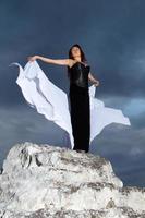 Frau in einem schwarzen Kleid