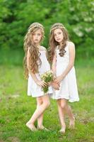 Porträt von zwei Mädchen im Wald Freundinnen foto