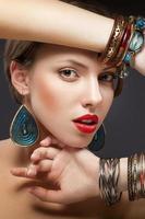 Porträt des Mädchens mit Armbändern foto