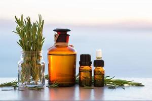 Ätherische Rosmarin-Aromatherapie-Öle in Flaschen foto