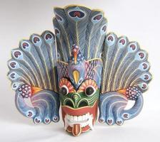 traditionelles indonesisches (balinesisches) Masken-Andenken von einem Baum auf weißem Hintergrund