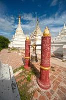 weiße Pagoden in der Nähe von Backsteinkloster in Myanmar.