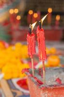 brennende Kerze im Topf am chinesischen Schrein.