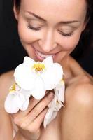 natürliche Schönheit Frauen mit Orchidee foto