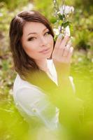 schönes junges Mädchen auf Schaukel foto