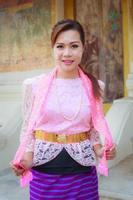 Porträt schönes Mädchen Thai-Mon Kleid