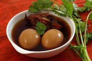 Phalo ist Essen mit Eiern und Schweinefleisch.