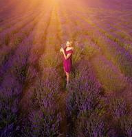 schönes Mädchen auf dem Lavendelfeld foto