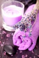 Lavendel Spa mit Meersalz und Handtuch foto