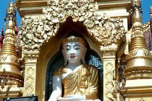 weißer Buddha in goldener Pagode, Myanmar. foto
