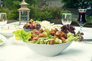 arabisches Essen von Fattoush, Datteln, Jalab im Ramadan serviert foto