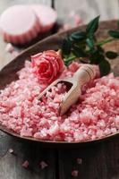 Spa-Konzept mit Seife und rosa Salz