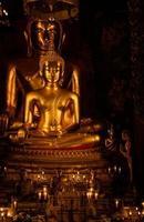 goldene buddhistische Statue foto