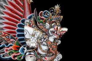 Garuda-Statue auf schwarzem Hintergrund