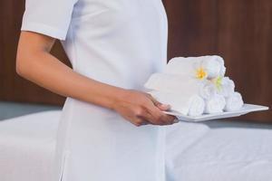 Mittelteil des Masseurs mit aufgerollten Handtüchern foto