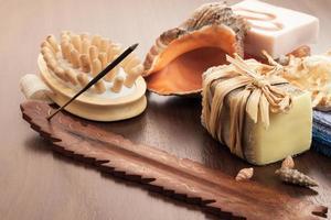 Bade- und Wellnesszubehör auf braunem Holzhintergrund foto