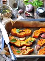 vegetarischer Kürbis mit Olivenöl, Rosmarin, Basilikum und Knoblauch gebacken foto