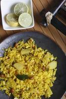Poha - ein Snack aus geschlagenem Reis foto