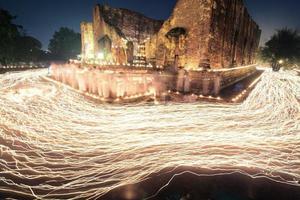 Kerzenlichtspur der Buddhismuszeremonie
