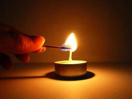 eine Kerze anzünden foto