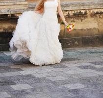 junge kaukasische Braut am Hochzeitstag foto